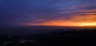 La vista della città si accende dalla cima della montagna durante il tramonto Fotografie Stock Libere da Diritti