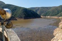 La vista della diga con una luce fotografia stock