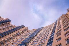 La vista della facciata della città dell'multi-appartamento ha colorato la casa ed il bl Fotografia Stock Libera da Diritti
