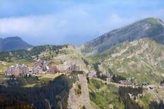La vista della località di soggiorno di montagna europea in alpi francesi Fotografia Stock Libera da Diritti