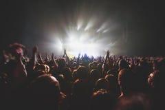 La vista della manifestazione di concerto rock in grande sala da concerto, con la folla e la fase si accende, una sala da concert fotografie stock libere da diritti