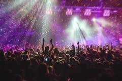 La vista della manifestazione di concerto rock in grande sala da concerto, con la folla e la fase si accende, una sala da concert fotografia stock libera da diritti