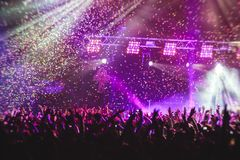 La vista della manifestazione di concerto rock in grande sala da concerto, con la folla e la fase si accende, una sala da concert immagine stock