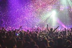 La vista della manifestazione di concerto rock in grande sala da concerto, con la folla e la fase si accende, una sala da concert fotografia stock