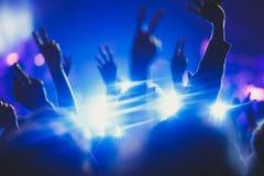 La vista della manifestazione di concerto rock in grande sala da concerto, con la folla e la fase si accende, una sala da concert Immagini Stock