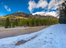 La vista della neve si è rannicchiata peacs delle alpi nella molla in anticipo Fotografie Stock Libere da Diritti