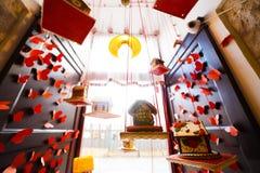 La vista della parte superiore del primo piano del biscotto decorato alloggia l'attaccatura sul soffitto, circondato haning i cuo Fotografie Stock