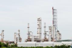 La vista della pianta petrochimica della raffineria di petrolio lucida fotografia stock libera da diritti