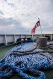 La vista della piattaforma della nave con la bandiera degli Stati Uniti e l'attracco blu rope Fotografia Stock