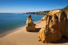 La vista della Praia della spiaggia di Vau fa Vau in Portimao, Algarve, Portogallo immagine stock libera da diritti