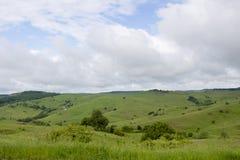 La vista della primavera dell'agricoltura sistema in una zona di montagna Immagini Stock