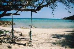 La vista della spiaggia con oscillazione Immagine Stock