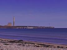 La vista della spiaggia di carbone ha infornato la centrale elettrica ed i generatori eolici 3510 immagini stock libere da diritti
