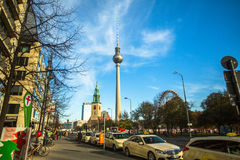 La vista della torre di Berlino TV (Fernsehturm) è una torre della televisione a Berlino centrale Immagini Stock
