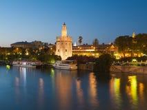 La vista della torretta dorata di Siviglia, Spagna sopra rive Immagini Stock Libere da Diritti