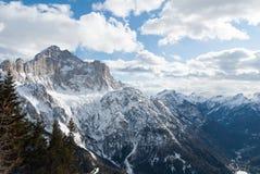 La vista della valle della montagna dell'Italia, di Dolomiti, la foresta, il lago e la neve dell'inverno sciano Immagini Stock Libere da Diritti