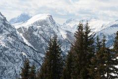 La vista della valle della montagna dell'Italia, di Dolomiti, la foresta, il lago e la neve dell'inverno sciano Immagini Stock