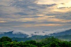 La vista della valle, delle montagne e della foschia Immagine Stock Libera da Diritti