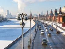 La vista delle automobili guida vicino alle pareti di Cremlino a Mosca fotografia stock