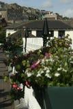 La vista delle case e JFK parcheggiano dalla via principale, Cobh Irlanda Fotografia Stock Libera da Diritti
