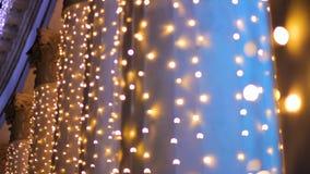 La vista delle colonne giganti decorate con le ghirlande del nuovo anno, luci vaghe, fa festa video d archivio