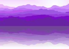 La vista delle montagne blu ha riflesso nell'acqua Fotografia Stock Libera da Diritti