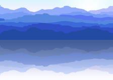La vista delle montagne blu ha riflesso nell'acqua Fotografie Stock