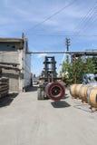 La vista dello stoccaggio dell'acciaio si arrotola con il caricatore Fotografie Stock Libere da Diritti
