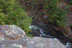 La vista desde el principio de un extremo del puente de balanceo en la caída de la cala de las caídas en Tennessee muestra un des fotografía de archivo