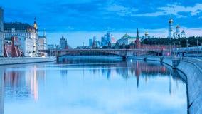 La vista di alba sul Cremlino e sull'argine del fiume di Moskva archivi video