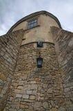 La vista di alta parete con la finestra e la feritoia in Olesko antico fortificano Regione di Leopoli in Ucraina Giorno di estate Immagine Stock Libera da Diritti