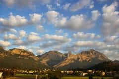 La vista di bei montagne e cielo con i cumuli Fotografia Stock