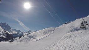 La vista di bellezza la seggiovia aumenta alla cima della montagna nell'inverno Ski Resort stock footage
