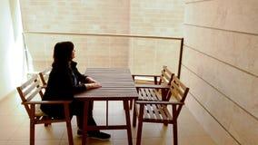 La vista di Bricked-up dal balcone mette una donna adulta matura in una depressione archivi video
