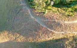 La vista di camminata di stupore della strada con abisso sulla montagna superiore, soltanto viaggiatore di avventura può vedere q immagini stock