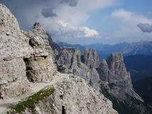La vista di Georgous dal via Ferrata che inganna Paterkofel Vista su Rocky Peaks delle dolomia di Sesto in Italia e su Mounta pie Immagine Stock