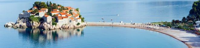 La vista di mattina dell'isolotto del mare di Sveti Stefan (Montenegro) immagine stock libera da diritti