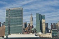 La vista di NEW YORK dal fiume con la nazione unita e chrysler si elevano Fotografia Stock Libera da Diritti
