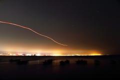 La vista di notte del mare Immagini Stock