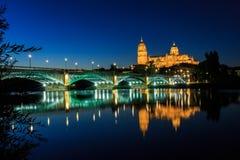 La vista di notte della cattedrale di Salamanca con il ponte di Enrique Esteban ha acceso la priorità alta e le riflessioni nel f Fotografie Stock Libere da Diritti