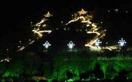 La vista di notte della città della montagna Fotografia Stock