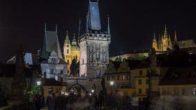 La vista di notte su Praga Lesser Town con la cattedrale di San Nicola e il timelapse della torre del ponte, repubblica Ceca stock footage