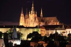 La vista di notte sul castello gotico di Praga Fotografie Stock