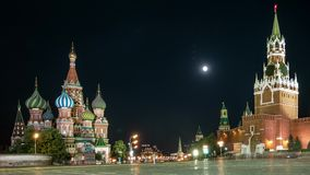 La vista di notte sul Cremlino e sul quadrato rosso stock footage