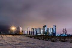 La vista di notte sulle nuove costruzioni sul sobborgo della città dalla brughiera immagini stock