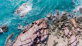 La vista di occhio di uccello dello scape del mare e gruppo di pietre della spiaggia fotografie stock