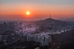La vista di paesaggio urbano del centro e Seoul si elevano a Seoul, Corea del Sud fotografie stock libere da diritti