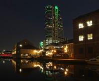 La vista di paesaggio urbano del wharfe del canale a Leeds alla notte con le costruzioni illuminate ed al ponte ha riflesso nel f fotografia stock libera da diritti