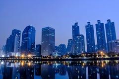 La vista di paesaggio urbano della Tailandia all'alta costruzione di notte è un distretto aziendale di Bangkok Fotografia Stock
