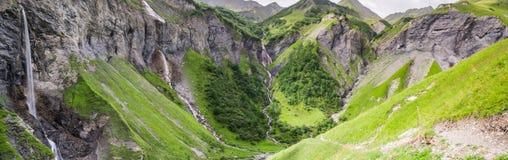 La vista di panorama di un anfiteatro naturale con cinque cascate nelle alpi svizzere si avvicina a cattivo Ragaz Fotografia Stock Libera da Diritti